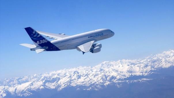 hd-airbus-a380-wallpaper-vliegtuig-achtergrond-met-een-airbus-a380-hoog-in-de-lucht-foto